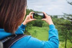 Reizigersvrouw die het landschap van de foto'szomer nemen Stock Afbeeldingen