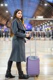 Reizigersvrouw die met bagage op een station wachten royalty-vrije stock foto