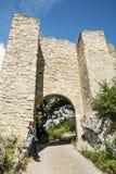 Reizigersvrouw het stellen in ingangspoort van kasteelruïnes Hainburg Royalty-vrije Stock Afbeeldingen