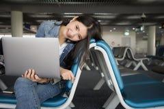 Reizigersvrouw met laptop bij luchthaven Jongelui die Aziatisch meisje glimlachen stock afbeeldingen