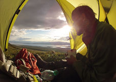 Reizigerszitting in het kamperen tent Royalty-vrije Stock Afbeeldingen