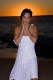 Reizvoll in einem weißen Kleid Lizenzfreies Stockbild