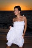 Reizvoll in einem weißen Kleid Stockbilder