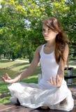 Reizvoll von den Tätigkeiten der jungen Frau im Yoga Stockfotografie