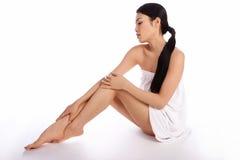 Reizvolle asiatische Frau eingewickelt in einem Tuch Stockbilder