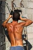 Reizvolle blanke schmutzige junge Arbeitskraft des Muskels Stockfotografie