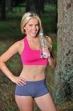 Reizvolle blonde aktive Frauenhydratisierung Stockfoto