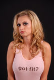 Reizvolle blonde Aufstellung in den Jeans und im rosafarbenen Trägershirt Stockfoto