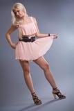 Reizvolle blonde Aufstellung im Studio Lizenzfreie Stockfotografie