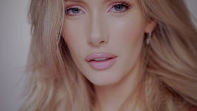 Reizvolle blonde Frau stock video footage