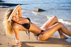 Reizvolle blonde Frau auf einem Strand Lizenzfreie Stockfotografie