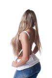 Reizvolle blonde Frau in den Jeans und im weißen Trägershirt Stockfotografie