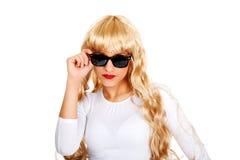 Reizvolle blonde Frau in den Sonnenbrillen Lizenzfreie Stockfotos