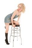 Reizvolle blonde Frau, die auf einem Stabstuhl sitzt Stockfotos