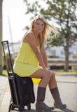 Reizvolle blonde Frau, die durch Straße in den sundress sitzt Lizenzfreies Stockfoto