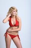 Reizvolle blonde Frau, die roten Bikini trägt Stockfotos