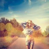 Reizvolle blonde Frau Gefiltertes Foto mit Bokeh Lizenzfreie Stockfotos
