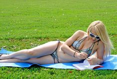 Reizvolle blonde Frau im Bikini Stockfotografie