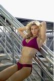 Reizvolle blonde Frau im Bikini Stockfotos