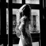 Reizvolle blonde Frau im Fenster Lizenzfreie Stockfotografie