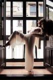 Reizvolle blonde Frau im Fenster Lizenzfreie Stockfotos