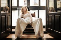 Reizvolle blonde Frau im Fenster Stockbilder