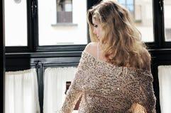 Reizvolle blonde Frau im Fenster Stockbild