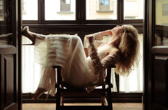 Reizvolle blonde Frau im Fenster Stockfoto