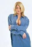 Reizvolle blonde Frau im Hemd der blauen Männer Stockfotos