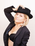 Reizvolle blonde Frau im Hut und in der Jacke auf Weiß Lizenzfreie Stockfotografie