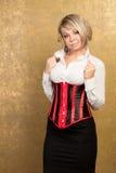 Reizvolle blonde Frau im Korsett und im Rock Lizenzfreie Stockfotos