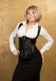 Reizvolle blonde Frau im Korsett und im Rock Lizenzfreie Stockbilder