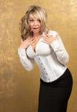 Reizvolle blonde Frau im Korsett und im Rock Stockfotografie