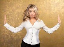 Reizvolle blonde Frau im Korsett und im Rock Stockbilder