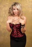 Reizvolle blonde Frau im Korsett und im Rock Stockfoto