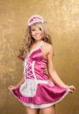 Reizvolle blonde Frau im rosafarbenen verlockenden Kleid Stockfotos