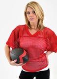 Reizvolle blonde Frau im roten Ineinander greifenfußball Jersey Lizenzfreie Stockfotografie