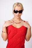 Reizvolle blonde Frau im roten Kleid Lizenzfreie Stockfotos