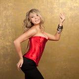 Reizvolle blonde Frau im roten Korsett und im Rock Stockfotos