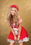 Reizvolle blonde Frau im roten Weinlesekleid Lizenzfreie Stockfotografie