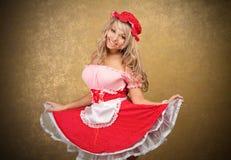 Reizvolle blonde Frau im roten Weinlesekleid Lizenzfreie Stockfotos
