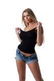 Reizvolle blonde Frau im schwarzen Trägershirt und in den Jeans Stockfotos