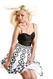 Reizvolle blonde Frau im Schwarzweiss-Kleid Lizenzfreie Stockfotografie