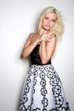 Reizvolle blonde Frau im Schwarzweiss-Kleid Stockbild