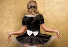 Reizvolle blonde Frau im verlockenden schwarzen Kleid Lizenzfreie Stockfotografie