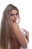Reizvolle blonde Frau im weißen Kleid Stockfoto