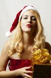 Reizvolle blonde Frau im Weihnachtsmann-Hut Lizenzfreies Stockfoto