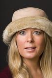 Reizvolle blonde Frau mit Art und Weisehut Lizenzfreie Stockfotografie