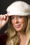 Reizvolle blonde Frau mit Art und Weisehut Lizenzfreies Stockfoto