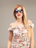 Reizvolle blonde Frau mit der Sonnenbrilleaufstellung Lizenzfreie Stockbilder